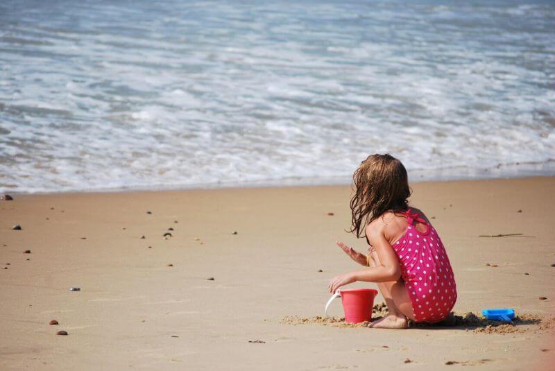 Bambini in spiaggia: un'infografica con poche ma preziose regole da seguire